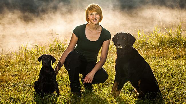 Hundetrainerin Sissy Leonie Kreid mit Hovawart Emma und Labrador-Mix Ignaz