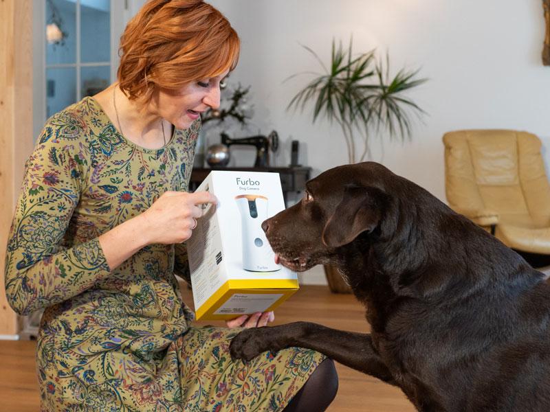 Hundetrainerin Sissy Leonie Kreid mit Labrador Beno und Hundekamera Furbo