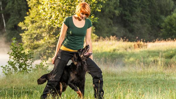 Hundetrainerin und Dozentin Sissy Leonie Kreid imTraining mit Hovawart Frau Emma